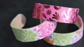 http://pagingfunmums.com/2013/06/22/diy-wooden-popsicle-stick-bangles-louise/